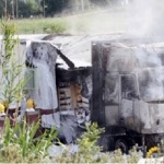 Un camión pincha una rueda, vuelca y quema totalmente AP-7