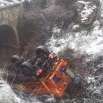 Un camión quitanieves cae por un puente en la carretera de Sierra Nevada