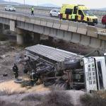 Emergencias acuden a atender al conductor de un camión que ha caído desde la autovía a una rambla, en Lorca