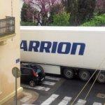 Un camionero rumano atascado con un Carrion bloquea la ciudad en Francia