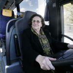 Con 75 años y lista para guiar un bus