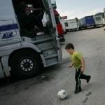 Servicios sociales a un camionero con 5 hijos y nomina de 900€: Si no puede mantener a los niños, entréguelos en adopción