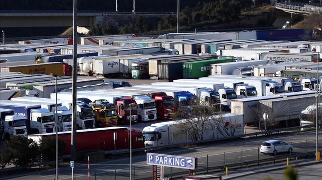 camiones aparcados jonquera alt emporda 1443700036959 mini1