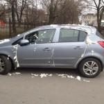 Un hombre estacionó mal su coche y así lo encontró el día siguiente.