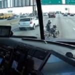Un camionero protege a una motorista con problemas (Vídeo)