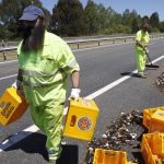 Un camión pierde una valiosa carga de cervezas Estrella Galicia al esquivar a otro (Vídeo)