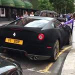 Un conductor forra de terciopelo su Ferrari