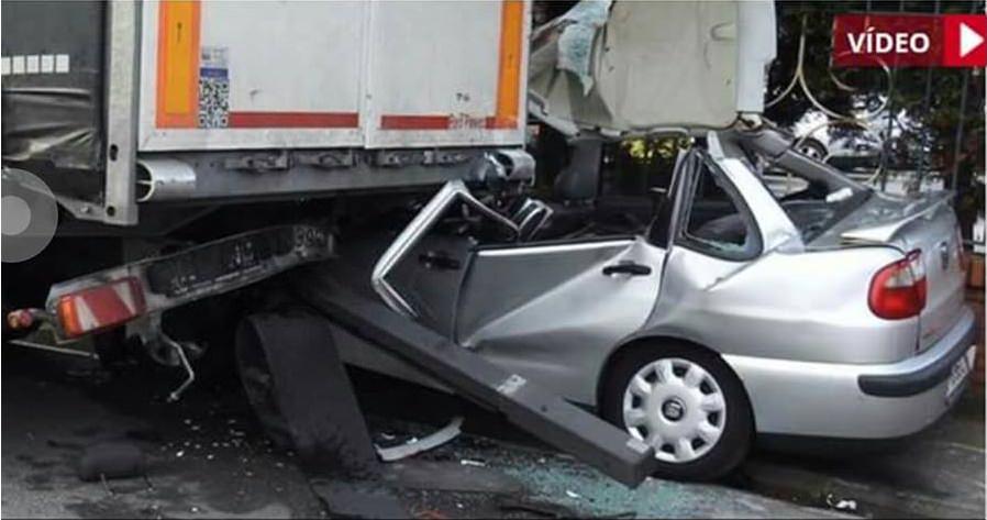 Herido muy grave al chocar contra un camión estacionado (Vídeo)