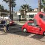 Un coche sale despedido de un tráiler y cae sobre un vehículo en Málaga