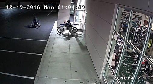 Roban siete motos en dos minutos