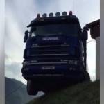 Un camionero realiza una maniobra » imposible «