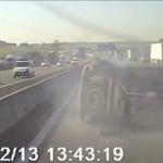 Los Mossos buscan un camión que se cruzó varios carriles y provocó un accidente múltiple en la AP-7, Barcelona