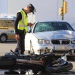 Un motorista herido tras chocar de frente cuando un coche invadió su carril