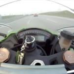 En moto a 300 km/h por la autopista, mira lo que sucede…