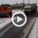 Vídeo: conductor logra abandonar camión antes que un tren lo arrolle