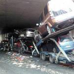 Un tráiler embiste a un camión averiado bajo el túnel de la A-15 en Zizur
