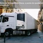 Un camión a punto de quedar encajado en pleno centro de Guadalajara