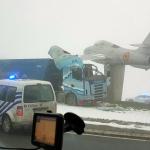 La increíble colisión entre un camión y un avión militar  en una rotonda esta mañana