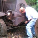Arrancan por primera vez un camión Mack de 1918 abandonado en un bosque
