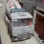 Un camión sin frenos termina metido en un restaurante