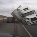 Un camión aplasta a un coche policial a causa del viento – Vídeo