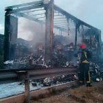 El incendio en una rueda calcina un camión de conservas