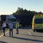 Cortados tres carriles de la A-52 por un camión trailer cruzado en A Cañiza