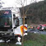 Un muerto y un herido en un choque frontal entre un camión y un coche