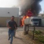 Un camionero que descargaba y 4 personas mueren al estrellarse una avioneta contra un camión