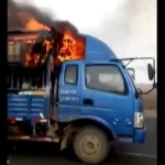 Conducen un camión en llamas para alejarlo de una gasolinera