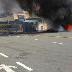 Arde un camión junto a la gasolinera en la AP-7