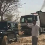 El príncipe de Dubái remolca con su coche a un camión en el desierto