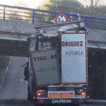 Un camión, de nuevo, queda atrapado bajo el puente ferroviario de Alba