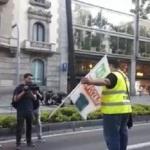 Un taxista porta la pancarta del transporte de mercancías ante la falta de camioneros en la manifestación de Barcelona