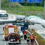 Una pala de aerogenerador cae sobre la cabina de un camión