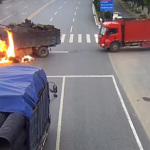 Un camionero salva a un motorista de morir tras un brutal choque e incendio contra un camión