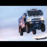 Atención!! El salto de un camión gigante a 140 kilómetros por hora
