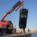 Un mecánico se tira al mar con el Mercedes de un cliente moroso en Arenys de Mar, Barcelona