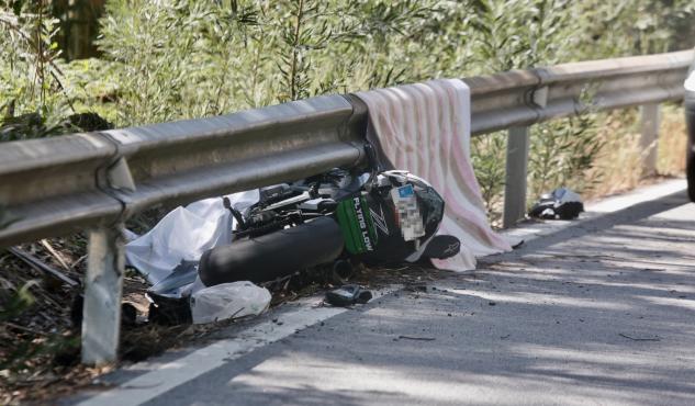 Mueren 2 motoristas  de 23 y 30 años tras una salida de vía en Cuntis