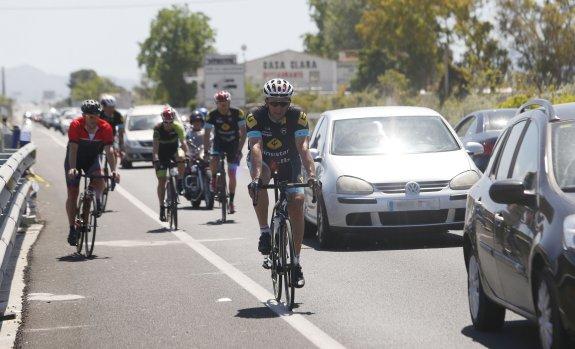 Los ciclistas no pueden ir paralelo si forman aglomeraciones y en tramos sin visibilidad