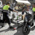 Borracho fugado al chocar contra 2 motos delatado por el rastro de aceite del coche