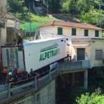Increíble el atolladero de un tráiler en una pequeña localidad de Génova