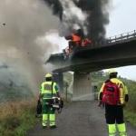 Fallece  tras saltar del camión en llamas por un puente en la A-8
