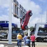 Un coche se engancha a un panel informativo en el aeropuerto de Asturias