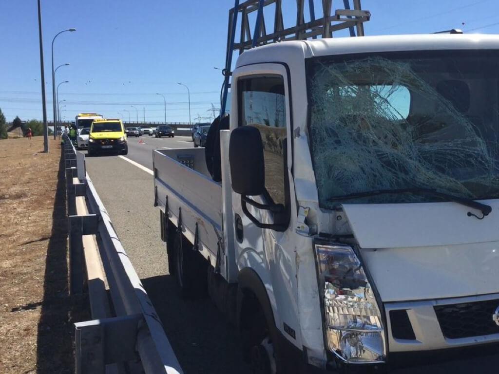 Muere un Guardia Civil de tráfico tras ser arroyado por un camión en la A-1