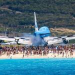 Muere turista debido al viento de una turbina de avión en la playa