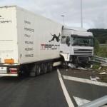 Un camión de Marcotran hace la tijera en la AP-8 en Donostia