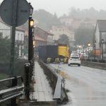 Un camión hace tijera en Pontecesures  y choca contra un coche en el puente interprovicinal