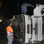 Grave un camionero de 48 años al volcar su camión en la A-62