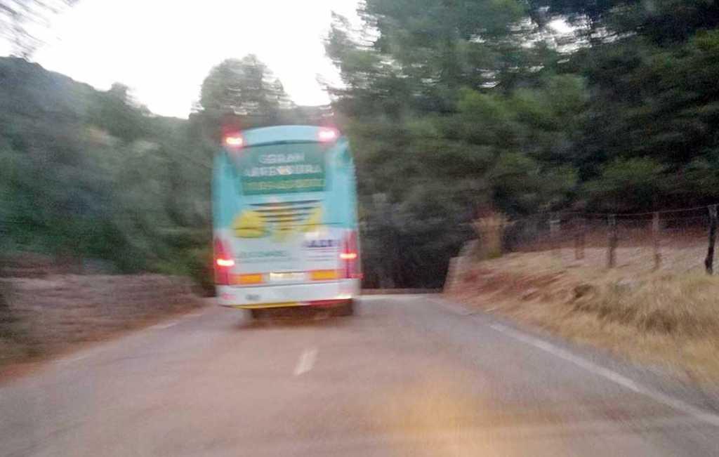 Imprudente-conducción-de-autocar-en-la-carretera-Palma-Estellencs-1024x651